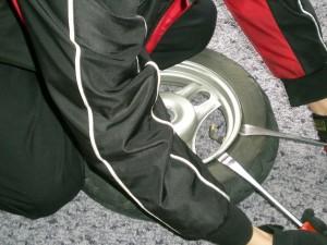 タイヤの耳を押し下げる