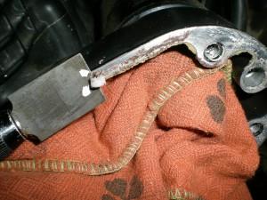 スクレパーで古いガスケットを剥がす