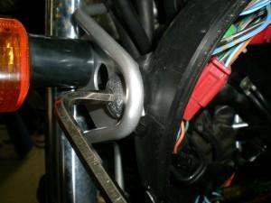ヘッドライトケースの固定ボルトを取り外す
