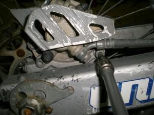 ブレーキキャリパーのボルトを緩める