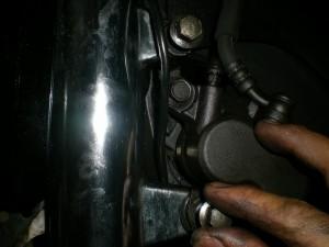 ブレーキキャリパーを組み付ける