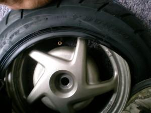 足で出来る限りタイヤを入れる