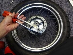 タイヤレバー二本を使用して