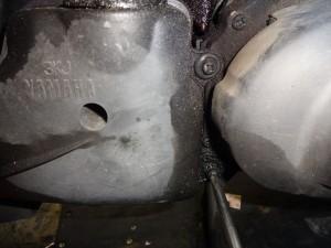 エアークリーナーの固定ボルトを取り外す