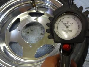 空気圧を高めに設定する