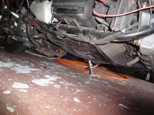 アンダーカバーを取り外した車両底部
