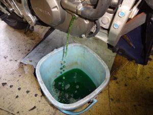 冷却水を抜き取る