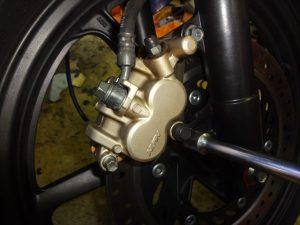 ブレーキキャリパーを固定する