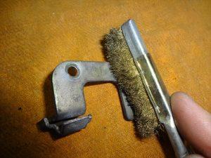 真鍮ブラシで磨き上げる