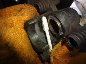 ブレーキキャリパーを洗浄する
