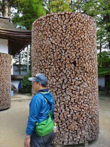 薪の護摩木を積んで造った供養塔