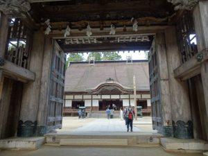 金剛峯寺 正門を通る