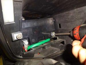 バッテリー端子を取り外す