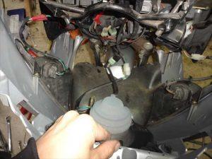 ヘッドライトなどの配線カプラを接続する