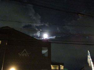 晴れて満月が見えた空