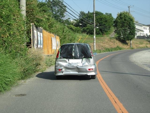 背面がボッコボコの車