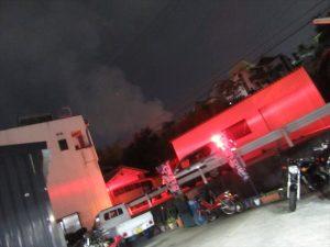 赤色灯で真っ赤