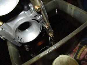 キャブレタークリーナーの原液に浸け込む