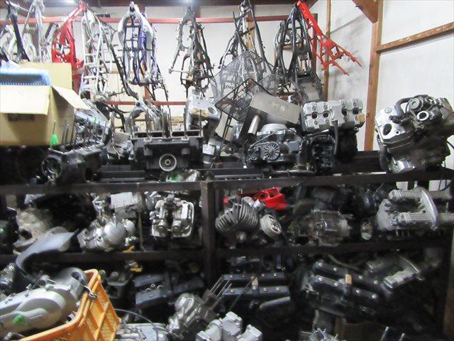 山積みのエンジン
