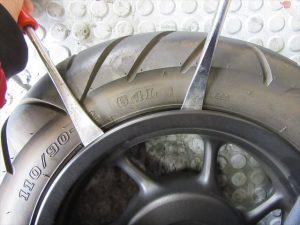 タイヤレバーを使用してビードを落としていく