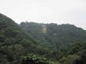 山頂付近に見える建物