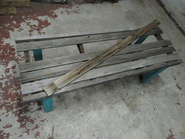 壊れた木製ベンチ