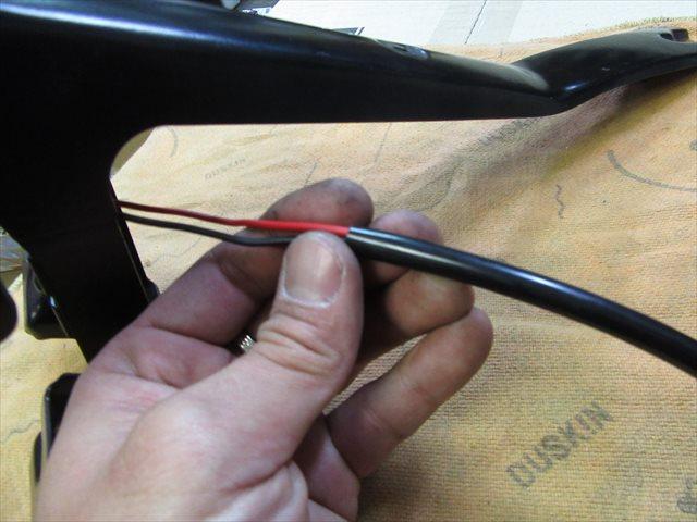 配線スリーブを入れて配線を保護する