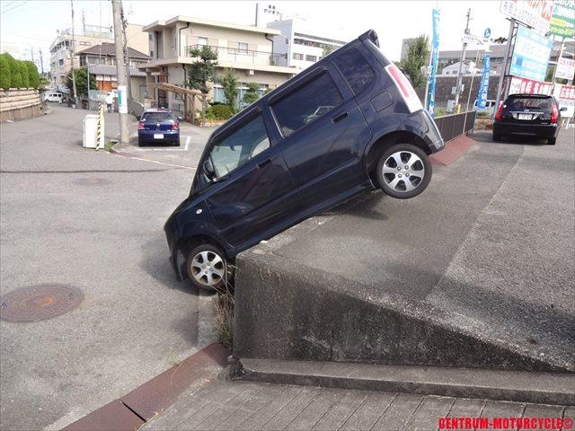 落下した車