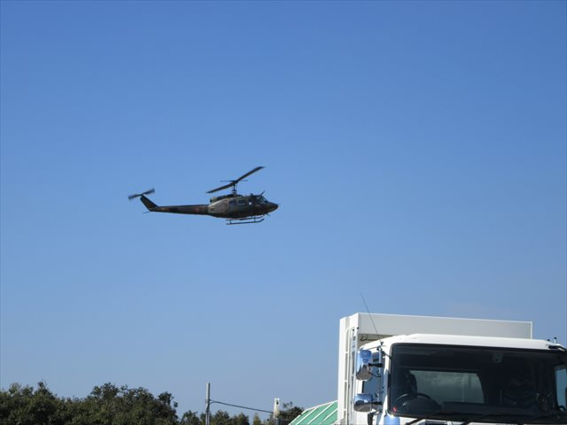 着陸態勢のUH-1J