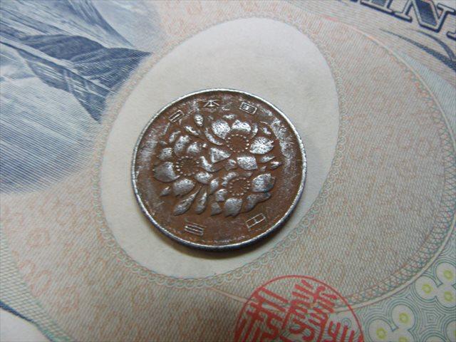 茶色く変色した100円硬貨